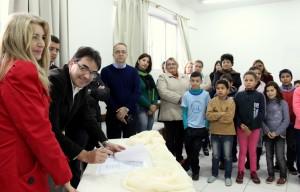 Com alunos, professores e a diretora da Escola Madre Boaventura, Neiva Ampolini, prefeito Cantelmo Neto assina a ordem de serviço no valor de R$ 1,4 milhão para conclusão das obras da nova estrutura da escola