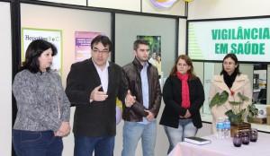 Rose Guarda (Secretaria de Saúde), prefeito Cantelmo Neto, dr. Spada Jr, Lia Henke (Sae/CTA) e Bernadete de Souza (Vigilância em Saúde) durante o lançamento da Semana de Combate às Hepatites Virais