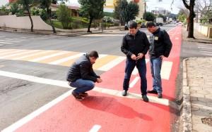 Arnaldo Cabelo, Rudi Czerniaski e Vanios Biehl verificam o serviço, que teve que ser refeito em vários pontos