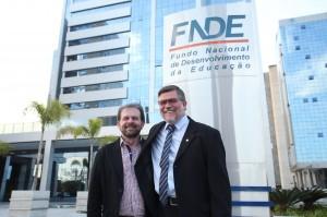 Deputado Assis do Couto e secretário Viro de Graauw após a assinatura do termo de compromisso para construção da escola, terça-feira em Brasília