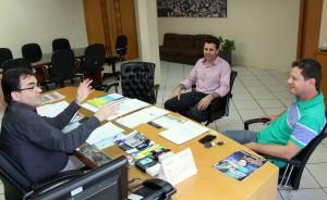 O prefeito Cantelmo neto recebeu o diretor do Debetran, Rudimar Czerniaski, e o promotor do evento, Valmir Dariva, para estudar soluções