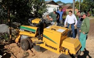 O prefeito Cantelmo Neto e o secretário de Urbanismo, José Carlos Vieira, acompanharam o trabalho do destocador e ficaram contentes com os resultados do equipamento