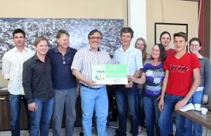 A família do produtor Luiz Ricardi, que há oito anos teve a maioria de seus animais abatidos, recebeu da Prefeitura, Nuvetz e Rural Leite a placa de participação no Programa