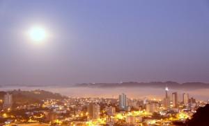 Lua estava maior e mais brilhante (Foto: Leandro Czerniaski/Imprensa PMFB)