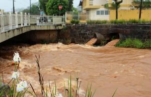 Rio Lonqueador está recebendo grande volume de água