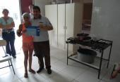 Anildo Krug Entregando certificado a uma das participantes do Curso de Cupcake