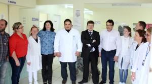 Na unidade de saúde do Padre Ulrico, a equipe de profissionais com a secretária Rose Guarda, prefeito Cantelmo Neto e o promotor de Justiça, dr. Fabricio Trevisan