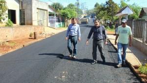 José Carlos Vieira, prefeito Cantelmo Neto e Irineu Falch em uma das ruas do Padre Ulrico que está sendo asfaltada