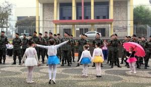 Alunas do tempo integral da Escola Madre Boaventura apresentaram coreografia de balé ao som de Aquarela