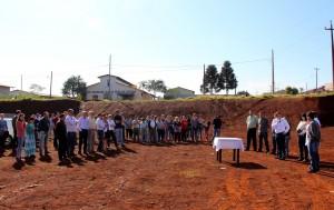 Solenidade que marcou a assinatura do documento aconteceu no terreno em que a unidade será construída e foi prestigiada por moradores e lideranças