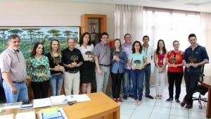 Prefeito Cantelmo Neto, o vice Eduardo Scirea, e o diretor de Cultura, Miguel Seymur com todos os premiados do concurso