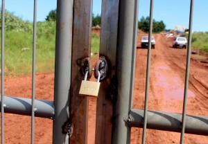 Portão foi trancado para evitar acesso de pessoas estranhas que usam o local como depósito de lixo