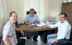 Nesta semana, o prefeito em exercício, Eduardo Scirea, assinou mais de 60 novas progressões; na foto também o secretário de Administração, Saudi Mensor, e o diretor de RH da Prefeitura, Vilmo Dalbosco