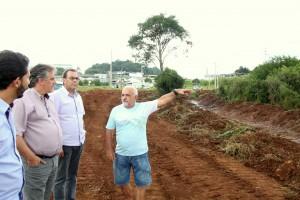 Rafael Junior, prefeito em exercício Eduardo Scirea, Luiz Carlos da Caz e professor João Paulo da Rocha em visita a área do futuro parque do Padre Ulrico, que está na primeira etapa de obras