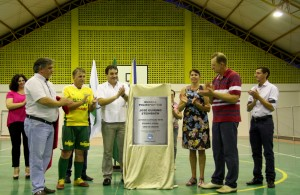 Scirea, Tupi, prefeito Neto, Edna, Aquilino e Cambui durante descerramento da placa inaugural da quadra