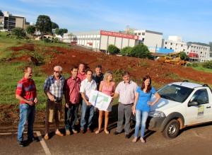 Prefeito em exercício, Eduardo Scirea, e a equipe envolvida nos trabalhos acompanharam o início das obras