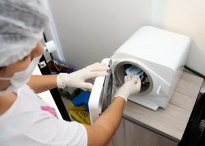 Aparelho faz a esterilização dos instrumentos usados por manicures para garantir a eliminação de quaisquer microorganismos