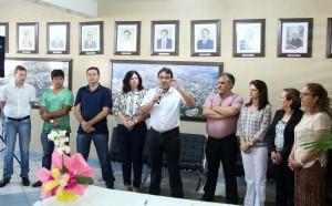 Prefeito Cantelmo Neto assina o termo de posse, observado pelo vice, Eduardo Scirea, que por três semanas ocupou a titularidade do Executivo