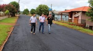 Prefeito Cantelmo Neto, vereador Aires Tomazoni e o secretário José Carlos Vieira acompanharam o início dos trabalhos na rua Resende