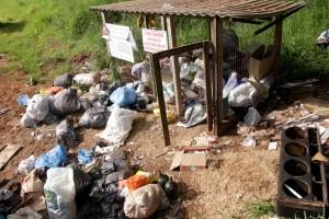 Neste ponto às margens da PR 180, materiais de construção e restos de móveis também foram espalhados no entorno do PEV