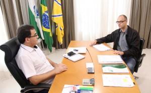 O diretor do DER, Roberto dos Santos, apresentou ao prefeito Cantelmo Neto o projeto de melhoria do trecho da PR-483 conhecido por bica d' água