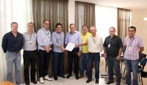 Com servidores e o diretor-presidente da Adapar, Inácio Kroetz, o prefeito Cantelmo Neto oficializou a cessão de espaço para a instalação da sede própria da agência em Beltrão