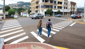 Sinalização de faixas de pedestre melhora visibilidade por motoristas e evita acidentes