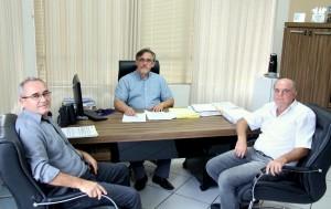 Edenir Klochinski (diretor de manutenção), Eduardo Scirea (vice-prefeito e secretário de Urbanismo) e Rafael Balbinot (diretor da Vivioeste) discutem o início dos serviços