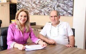 Secretária Jovelina Chaves e o fiscal tributário da Prefeitura, Aires de Oliveira: classificação e uma forma de reconhecimento às empresas