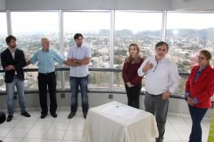 Observado por Jean Dompsin, Almirante Melatti e Pe. Douglas Fernandes, o vice-prefeito Eduardo Scirea fala ao lado da secretária Jovelina Chaves e vereadora Lurdes Pazini sobre a nova etapa de obras na Torre da Concatedral