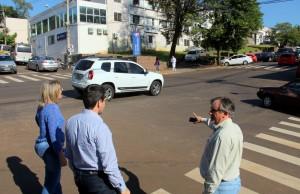 Silmara Brambilla (Lahsa) e Rudimar Czerniaski (Debetran) com o vice-prefeito e secretário de Urbanismo Eduardo Scirea na esquina da Policlínica, onde passará o novo binário e será instalado um dos sete semáforos do sistema
