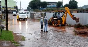 Prefeitura trabalhou na construção de um canal alternativo para escoar a água