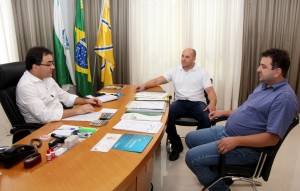 Prefeito Cantelmo Neto com Joceandro Tonial (da Paraná Edificações) e o diretor de Patrimônio da Prefeitura, Clecio Menegotto, na oficialização da reversão da área