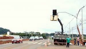 Novo semáforo está sendo instalado na PR-180, na entrada da Upa 24 Horas