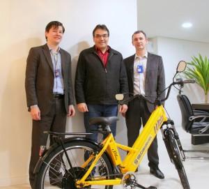 James Holanda e Everaldo Dal Piva, do Banco do Brasil, entregaram a bicicleta pessoalmente ao prefeito Cantelmo Neto