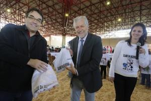 Prefeito Cantelmo Neto e Jorge Samek receberam as camisetas do Clube da Bezerra da secretária Daniela Celuppi durante o julgamento didático do projeto