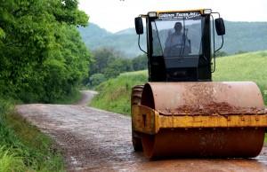 Com tempo chuvoso, Secretaria realiza apenas serviço de compactação das vias