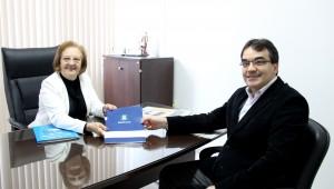 Prefeito Cantelmo Neto entregou as propostas à presidente da Câmara, Elenir Maciel, que colocará os projetos em votação