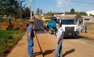 O vice-prefeito e secretário de Urbanismo, Eduardo Scirea, e o coordenador dos serviços, Irineu Flach, acompanharam os trabalhos de recapeamento da via
