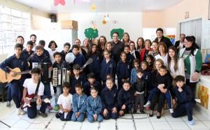 Colaboradoras, voluntários e crianças e adolescentes atendidos pela entidade posam para foto com o prefeito Cantelmo Neto