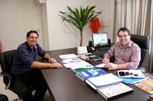 O assessor jurídico Luiz Ramme e o prefeito Cantelmo Neto na assinatura do projeto de lei que cria o programa Novos Caminhos