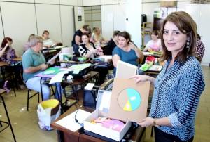 Professora Marcia Carletto – que ministrou o curso – mostra um dos materiais que ajuda a compreender frações, elaborado durante a capacitação