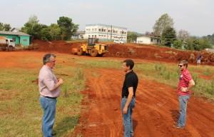 Eduardo Scirea, Aldair Cambui e João Paulo Danielli acompanham os serviços no terreno do futuro CMEI do Marrecas, próximo a escola Germano Meyer