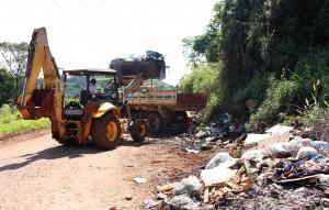 Uma pilha de lixo descartado irregularmente numa estrada vicinal rendeu dez cargas de entulho; a Prefeitura pede que moradores denunciem este tipo de prática