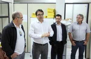O fiscal tributário Aires de Oliveira, prefeito Cantelmo Neto, presidente do Sincobel, Adenilson Miranda, e o secretário de Finanças, Luiz Geremia