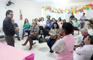 Prefeito Cantelmo Neto e a coordenadora do serviço, Jussara Pedroso, durante ato que marcou o sétimo aniversário do ambulatório, na unidade de saúde do Vila Nova