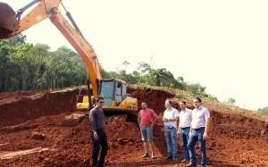 Adams Brizola, Luiz Togni, Abel Vitto, José Vieira e prefeito Cantelmo Neto visitaram área que irá abrigar a maior parte das famílias afetadas pela construção da trincheira, próximo ao Colégio Agrícola