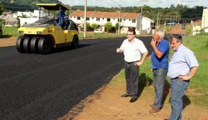 Prefeito Cantelmo Neto e o vice, Eduardo Scirea, acompanham serviço de asfaltamento da rua Gramado, no Jardim Floresta, que dá acesso à nova escola XV de Outubro