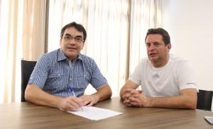 Prefeito Cantelmo Neto assinou a ordem de serviço para obra acompanhado do vereador Aires Tomazoni; maioria dos recursos foi viabilizada pelo deputado federal João Arruda
