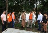 Bombeiros mostram ao prefeito a régua que mede o rio Marrecas, que subiu quase 6 metros.